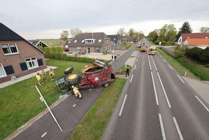 Op de Zuiderzeestraatweg tussen Oldebroek en Wezep raakte een trekker van de weg nadat een wiel was losgekomen. Links op de voorgrond ligt de omvergevallen lantaarnpaal.