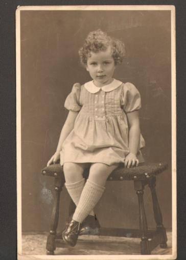 Edith Bartels op een foto die in 1944 bij haar gastoudergezin in Apeldoorn werd gemaakt.