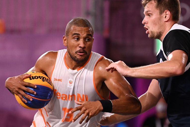 Basketballer Dimeo Van der Horst probeert een tegenstander te passeren. Beeld AFP