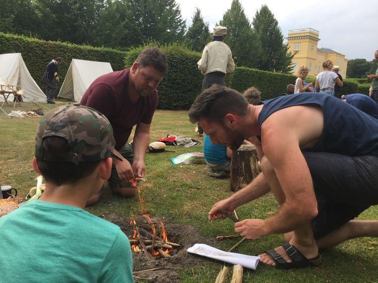 De kampeerders leren zelf vuur maken.