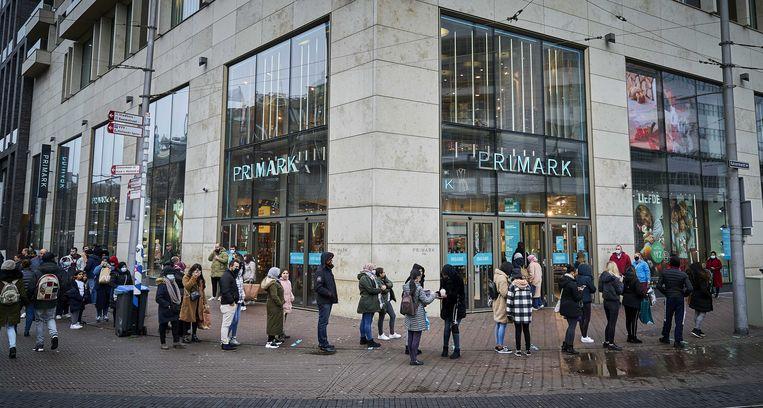 Mensen in de rij voor de Primark in het centrum van Den Haag. Beeld ANP