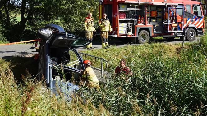 Auto belandt in Dinteloord in sloot, inzittenden naar ziekenhuis