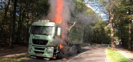 Vrachtwagen vat vlam op N304 bij Hoenderloo