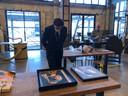 Minister Wopke Hoekstra bekijkt een van de afbeeldingen van het project 'Het meisje met de parel' dat in de cultuurfabriek gemaakt is. Op de achtergrond werkplaatsmeester Twan Verkuijlen.