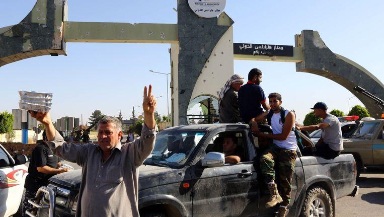 IS-strijders bewaken de poorten van het vliegveld in Triopli, nadat ze het afpakten van de Zintan-strijdkrachten, de bondgenoten van generaal Khalifa Haftar. Beeld afp