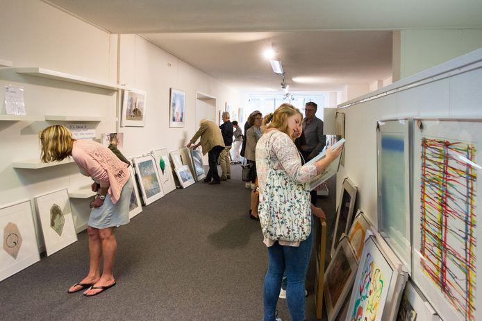 Het Kunsthuis dat vorig jaar de kunst van de Kunstuitleen Zwolle overnam, deed een deel van de collectie in de uitverkoop. Foto archief ALEX MULDER