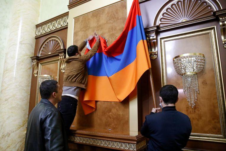 Demonstranten zijn in de Armeense hoofdstad Jerevan het parlementsgebouw binnengedrongen. De politie heeft vooralsnog niet ingegrepen. Beeld AP