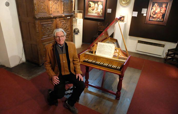 Jan Op de Beeck van Het Sotte Kunstcabinet met het klavecimbel.