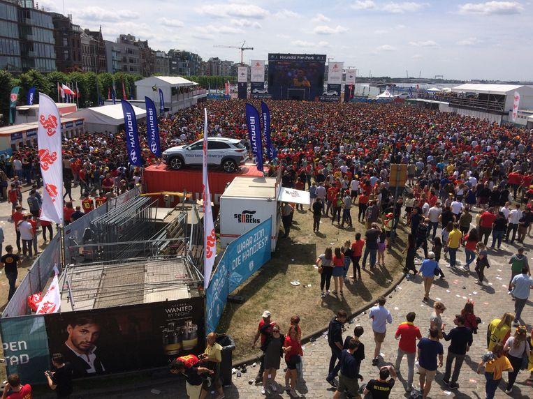 Het supportersdorp op deScheldekaaien was te klein voor de grote toeloop. Beeld Marc Schoetens