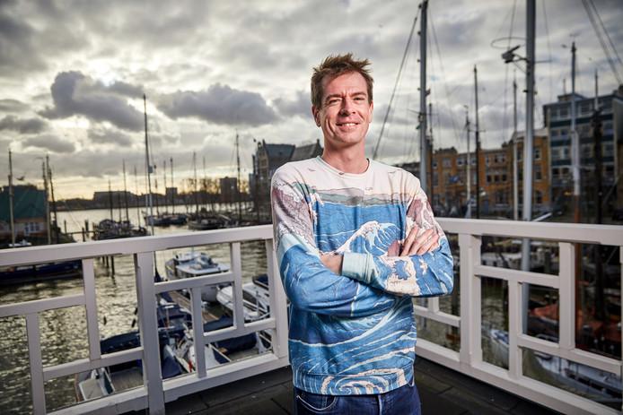 Karel de Boer van Fair Ferry op het dakterras van het havenkantoor van Stichting Veerhaven Rotterdam.