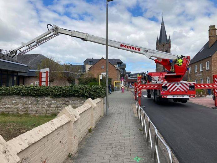 De brandweer kwam ter plaatse met de ladderwagen.