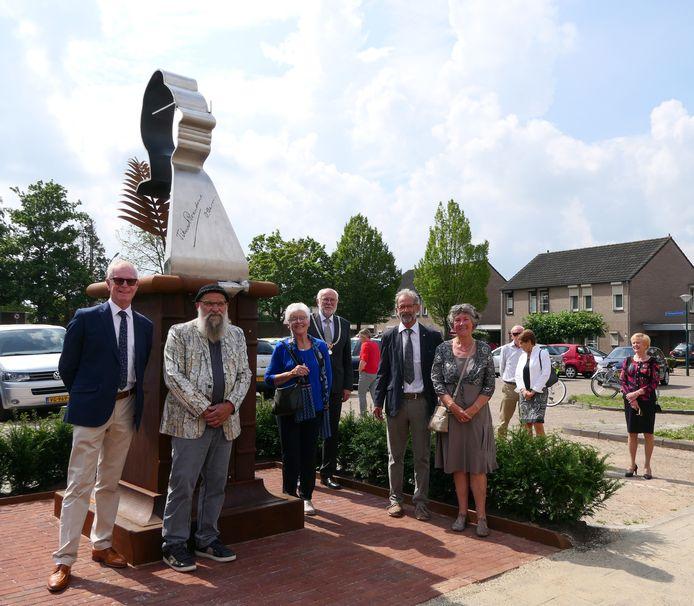 Leden van Stichting Gedenkteken Titus Brandsma poseren samen met kunstenaar Juul Baltussen en burgemeester Karel van Soest bij het gedenkteken.