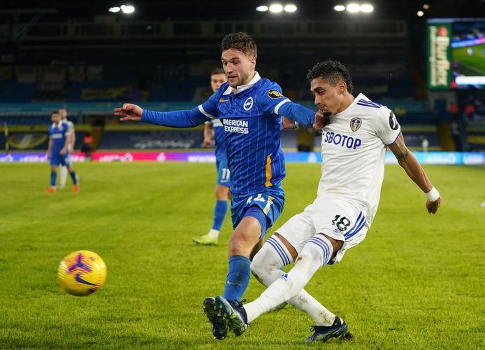 Joël Veltman in duel met Raphinha van Leeds United.