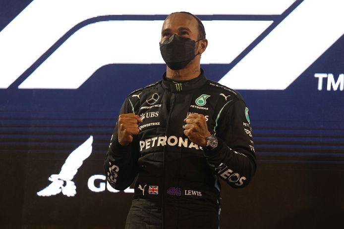 Lewis Hamilton won de openingsrace na een spannend duel met Max Verstappen.