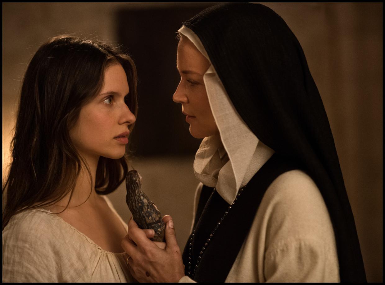 Benedetta (Virginie Efira, rechts) begint een affaire met mede-non Bartolomea (Daphne Patakia). Beeld