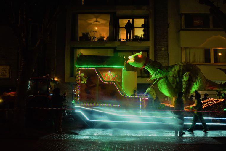 Een verlichte reuzedino spot je best vanop het balkon.