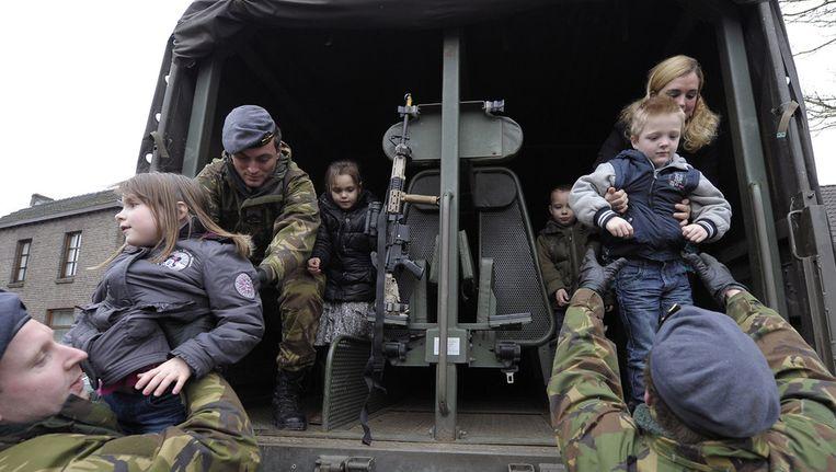De Koninklijke Landmacht oefent in Borgharen en Itteren haar taken tijdens een hoogwatersituatie van de Maas. Beeld ANP