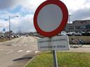 Bizar bord met een boodschap voor fietsers die hier niet eens mogen rijden