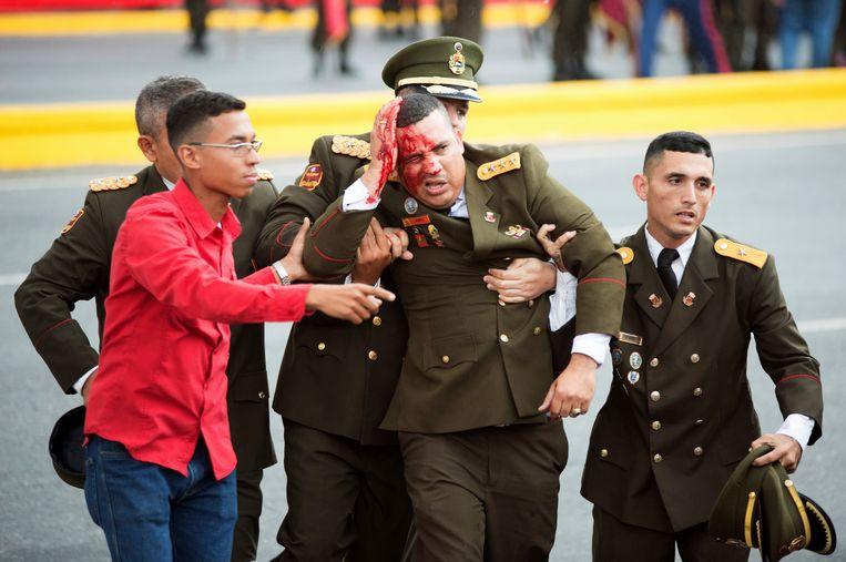 Volgens de autoriteiten vond er een aanslag plaats op de Venezolaanse president Nicolás Maduro. Hij bleef ongedeerd, maar zeven soldaten, zoals deze op de foto, raakten gewond. Beeld AP