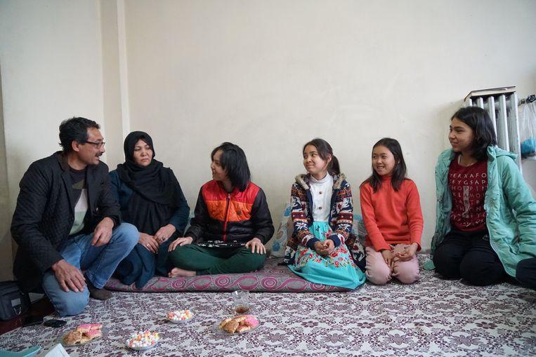 De familie Mohseni verloor tijdens de vlucht uit Afghanistan de vijfjarige Zahra. Beeld Melvyn Ingleby