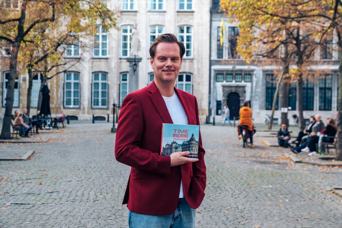 Tanguy Ottomer met zijn boek Time Machine over de stad Antwerpen.