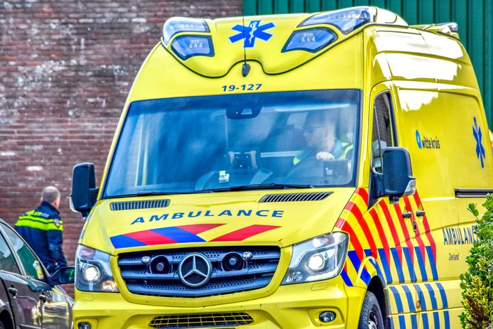 Ambulance aanwezig bij een ongeval in Vlissingen.