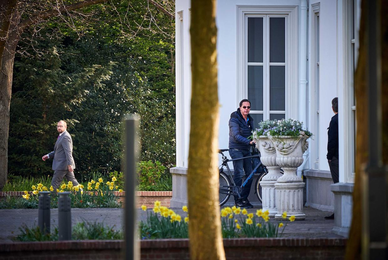 Premier Mark Rutte komt op de fiets aan bij het Catshuis, voor overleg over de coronacrisis.