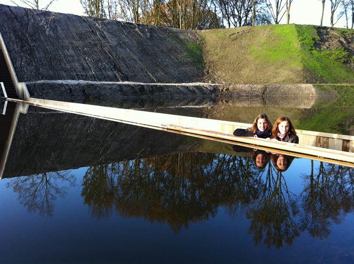 De door Ro&Ad Architecten ontworpen Mozesbrug in de gracht van Fort de Roovere.