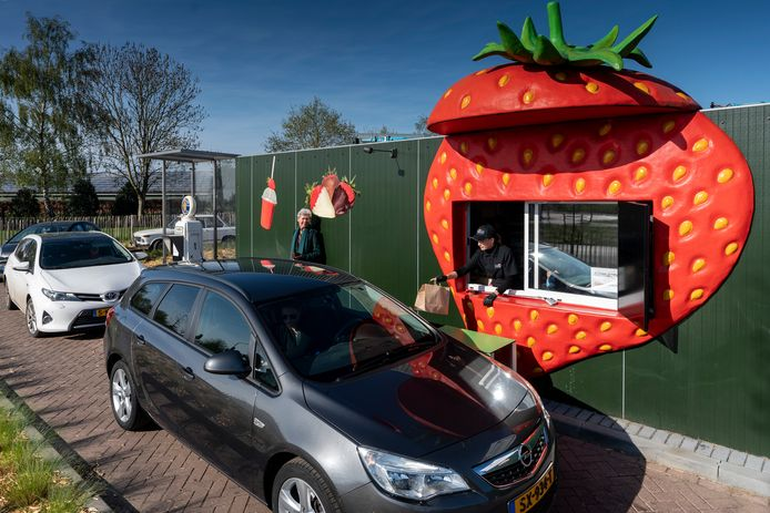 De aardbeiendrive-in in Uden. Al enige jaren een groot succes.