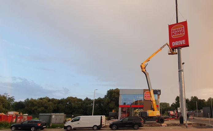 De pyloon in opbouw aan de vestiging van Burger King in Ninove.