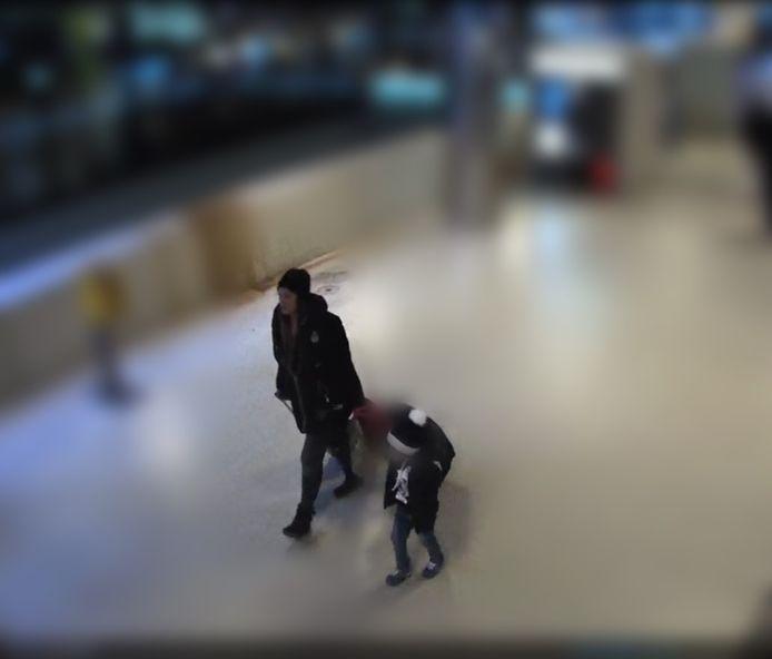 Beeld van de jongen op Amsterdam Centraal.