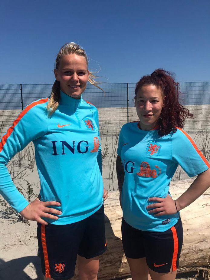 Nidia Bos (links) is met Oranje actief op het Women Euro Beach Soccer League.