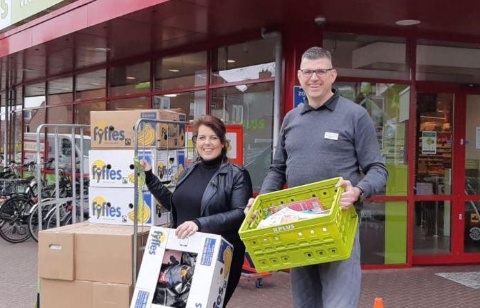 Stacey Bosman en supermarkteigenaar Robert Wallerbosch zetten zich in voor gezinnen die het financieel moeilijk hebben, maar niet in aanmerking komen voor een voedselpakket van de Voedselbank.