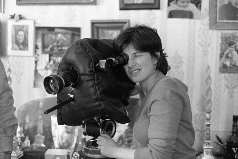 De Belgische regisseur Chantal Akerman tijdens de opnamen van de documentaire 'Grandmothers'. Beeld Getty