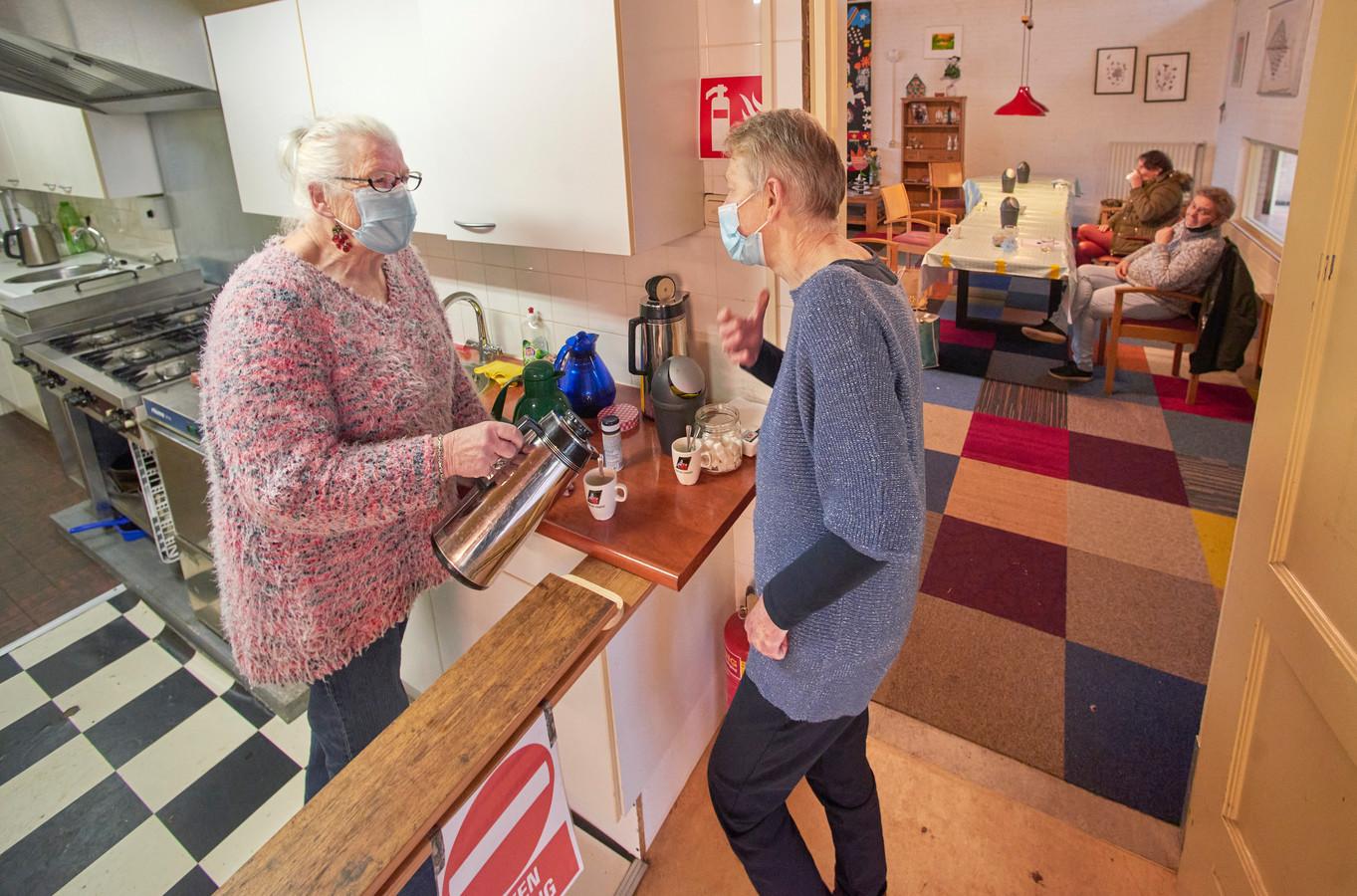 De koffie-ochtend in het Huis van de Wijk in Oss.  Deze gaan ondanks de coronamaatsregelen gewoon door. Wel moet men zich aan de regels houden, zoals een keukenverbod. Links vrijwilligster Diny van Bakel die een praatje maakt met gast Ria de Guijter.