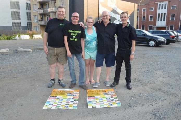 De organisatoren van 'De Burchtstraat Zingt & Swingt' op de OCMW-parking, waar het evenement plaatsvindt.