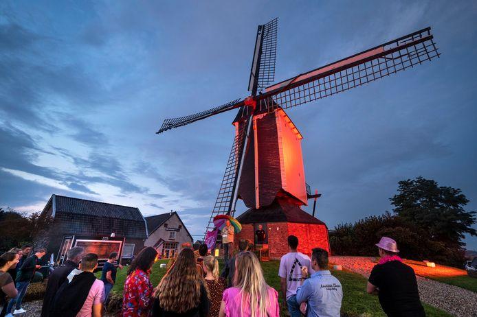 Eén van de vragen moest beantwoord worden bij molen De Vink, die voor de gelegenheid in de Begin van 't Endtkleuren roze-paars was verlicht.