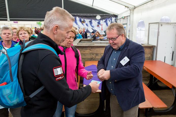Ben Heethaar knipt kaartjes bij de Sallandse Wandelvierdaagse