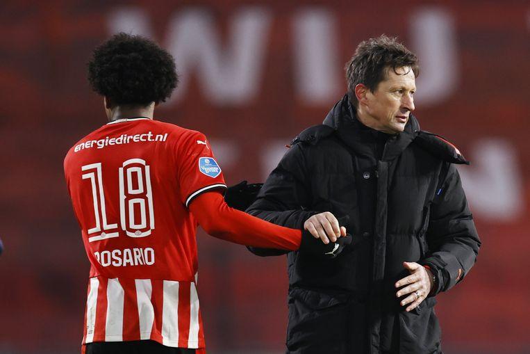 Pablo Rosario en coach Roger Schmidt tijdens de Nederlandse Eredivisie-wedstrijd tussen PSV Eindhoven en FC Twente. Beeld ANP