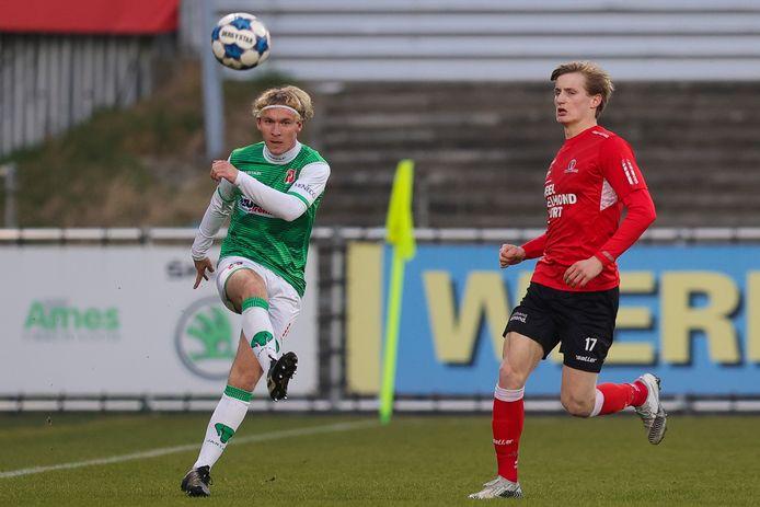 Nikki Baggerman (links) heeft als een van de weinige spelers nog een doorlopend contract bij FC Dordrecht. FOTO PRO SHOTS