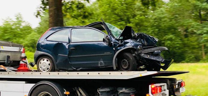Het voertuig waarmee de chauffeur tegen de boom reed werd afgevoerd met een takelwagen