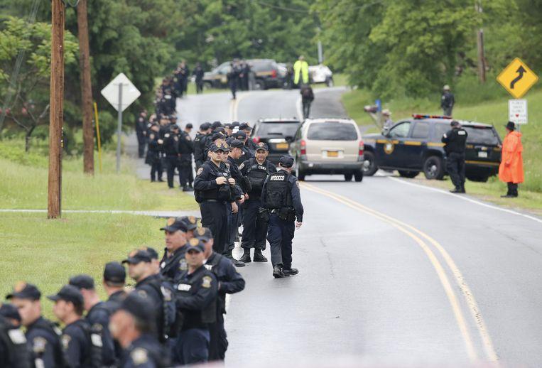 Politieagenten sluiten het zoekgebied af Beeld ap