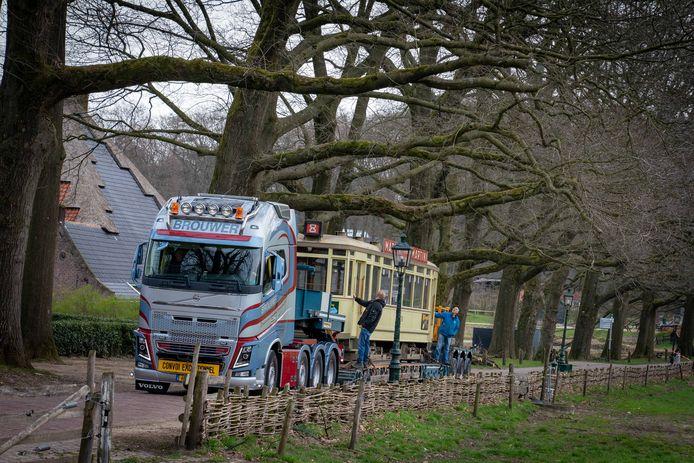 De dieplader met het tramstel komt aanrijden bij het Openluchtmuseum in Arnhem.