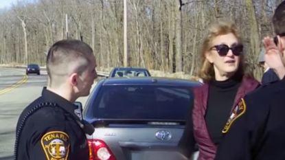 """Video gaat viraal van topvrouw die agenten uitscheldt en dreigt: """"Ik ken de burgemeester!"""""""