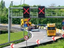 Vrachtwagen verliest lading op Antwerpse Ring: weg volledig versperd