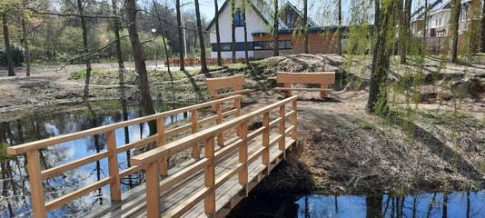 Ook een loopbrug en twee banken, geplaatst bij de waterpartij aan de Esperloop, zijn gemaakt van de gerooide eiken.