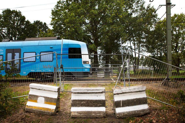De niet actief beveiligde overgang aan de Mijllerweg in Lunteren, nu met hekken en betonblokken Beeld Pauline Niks