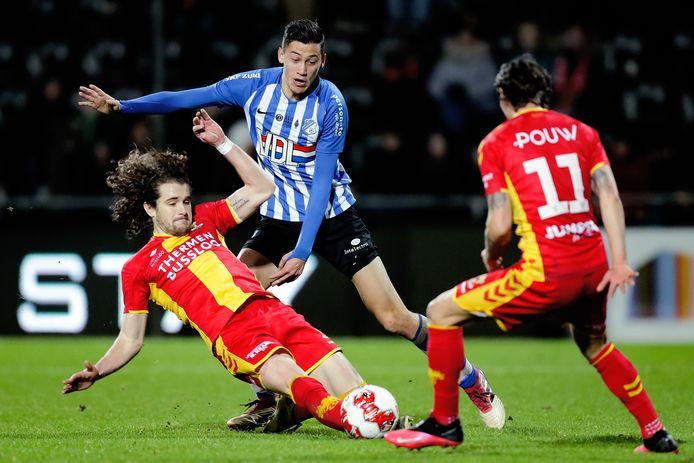 Mael Corboz namens Go Ahead Eagles in duel  met Jay Idzes, zijn mogelijke nieuwe ploeggenoot in Deventer.