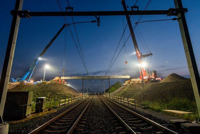 Elst, 14 juni 2020. Inhangen spoorviaduct over de Eerste Weteringsewal. 211110 Foto: Gerard Burgers