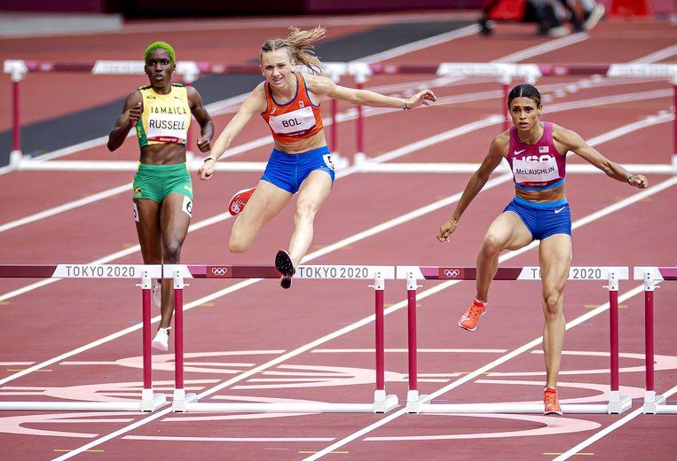 Femke Bol (midden) tijdens de finale 400 meter horden. Rechts winnaar Sydney McLaughlin. Beeld ANP